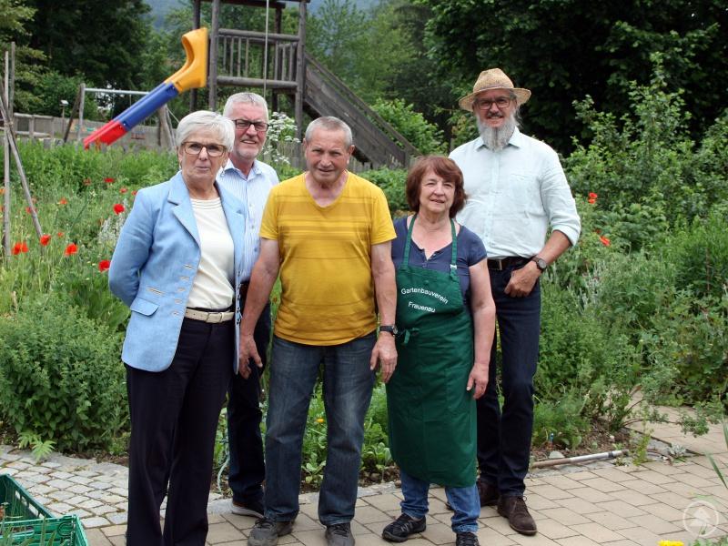 Durch den Bürger- und Schulgarten Frauenau spazierten auch Landrätin Rita Röhrl, Bürgermeister Herbert Schreiner (2.v.li.) und Kreisfachberater Klaus Eder. Die Gartenbauvereinsvorsitzende Vroni Kerschbaum (4.v.li.) und Dr. Manfred Marx (Mitte) informierten.