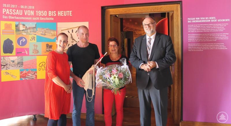 Oberbürgermeister Jürgen Dupper (rechts) überreichte Anja Gerhards (2. von rechts) und Marc Weber zusammen mit Museumsleiterin Dr. Stefanie Buchhold ein Jubiläumsgeschenk.
