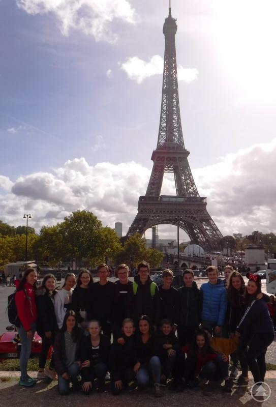 Die Freyunger Gymnasiasten vor dem Eiffelturm.