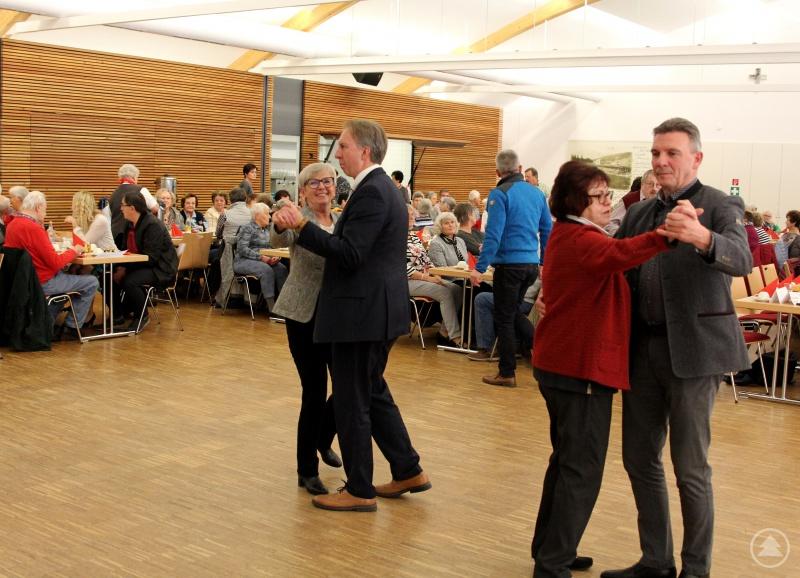 Landrätin Rita Röhrl und ihr Stellvertreter Helmut Plenk, die Kreisseniorenbeauftragten Christine Kreuzer und Bürgermeister Charly Bauer eröffneten den Tanznachmittag.