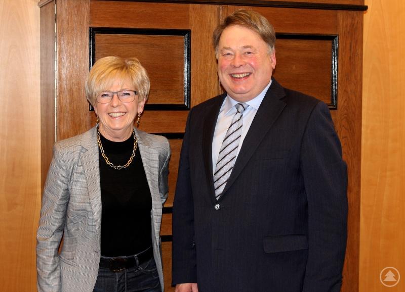 Staatsminister Helmut Brunner und Landrätin Rita Röhrl in ihrem Büro im Landratsamt Regen.