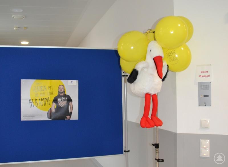 Der Storch markierte den Eingangsbereich zur Geburtshilfeabteilung und zeigte den Weg zu den neuen Kreißsälen.