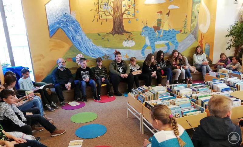 In der Kreisbibliothek durfte die 6b mit ihrem Deutschlehrer Marcus Güll-Uhrmann ebenfalls einer Lesung lauschen.