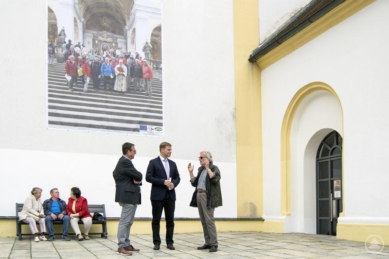 Beim Rundgang mit Fotograf Herbert Pöhnl (r.) und Viechtachs Bürgermeister Franz Wittmann (l.) entdeckte Olaf Heinrich an der Stadtpfarrkirche den bekannten Freyunger Heinrich Vierlinger, der mit einer Pilgergruppe abgelichtet wurde.
