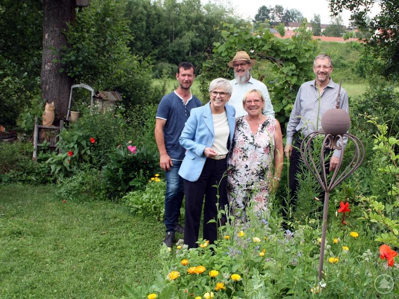 Landrätin Rita Röhrl (vorne links) freute sich mit der Gartenbesitzerin Marianne Hirschbold über die große Artenvielfalt, die sich im Laufe der letzten Jahre im Garten am Fluss eingestellt hat. Gartenbauvereinsvorsitzender Günther Weinberger (hinten von links), Klaus Eder und Bürgermeister Franz-Xaver Steininger waren dabei.