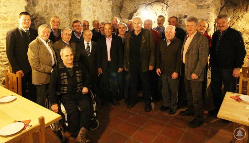 Landrat Sebastian Gruber zusammen mit Altlandrat Alfons Urban und Bürgermeister Josef Kern im Kreise der ehemaligen Bürgermeister des Landkreis Freyung-Grafenau in der Schloss Taverne.