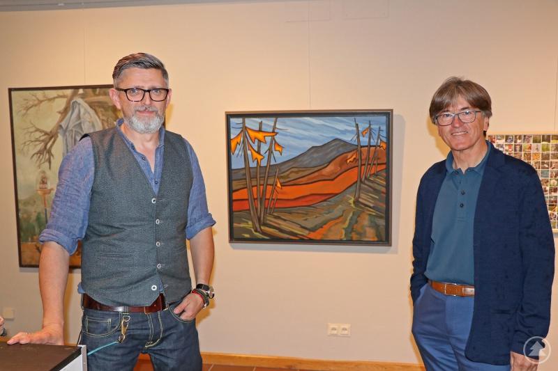 Bei der Online-Vernissage ist Künstler Herbert Muckenschnabl einer der vier Gesprächspartner von Museumsleiter Christian Binder (links).