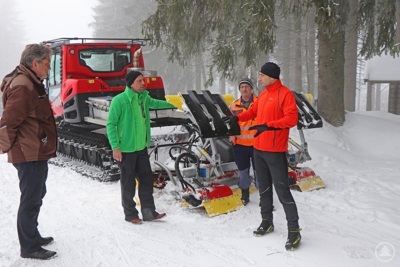 Dass die Langlaufloipen rund um Finsterau auch im erweiterten Parkgebiet nicht wegzudenken sind, darin waren sich Umweltminister Thorsten Glauber (2.v.l.), Nationalparkleiter Dr. Franz Leibl (l.) und Bürgermeister Ernst Kandlbinder (r.) zusammen mit Loipenfahrer Willi Gibis einig.