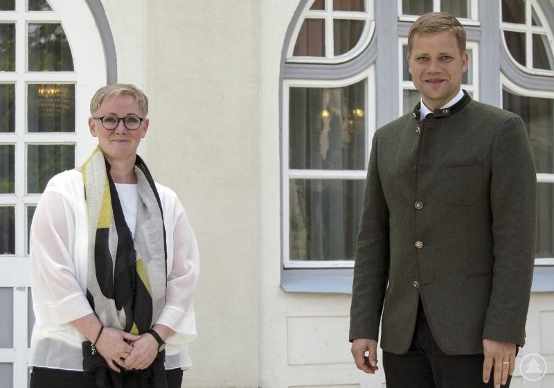 Chefärztin der Klinik für Kinder- und Jugendpsychiatrie am Bezirkskrankenhaus Landshut, Dr. Tanja Hochegger und Bezirkstagspräsident Dr. Olaf Heinrich.