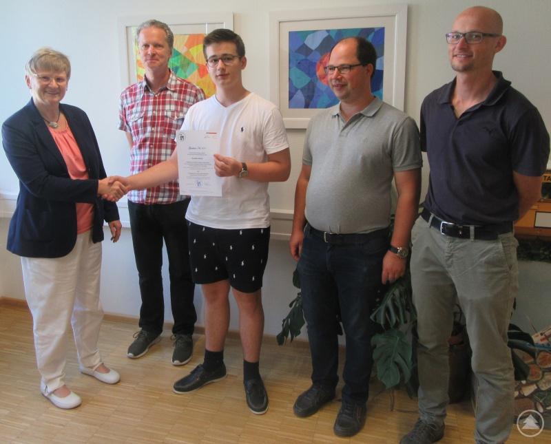 Zu seinem Erfolg beglückwünschten Maximilian Alberth (Mitte) neben Schulleiterin Barbara Zethner (links) auch seine Lehrer (v. l.) Volker Zörner, Alexander Stöhr und Josef Müller.