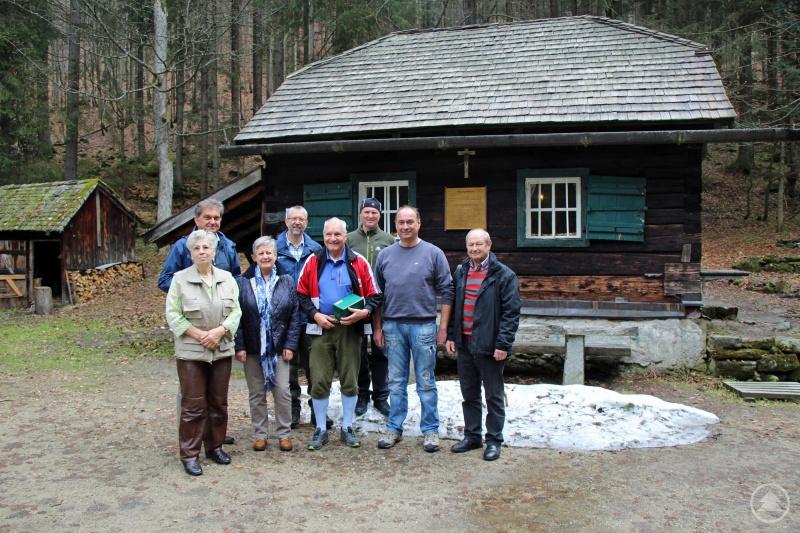 Besichtigen die Hütte an der Höllbachschwelle: Sonja Habinger (von links), Franz Leibl, Sylvia Nodes, Ingo Brauer, Herbert Habinger, Reinhold Gaisbauer, Fritz Lemberger und Egon Thum.