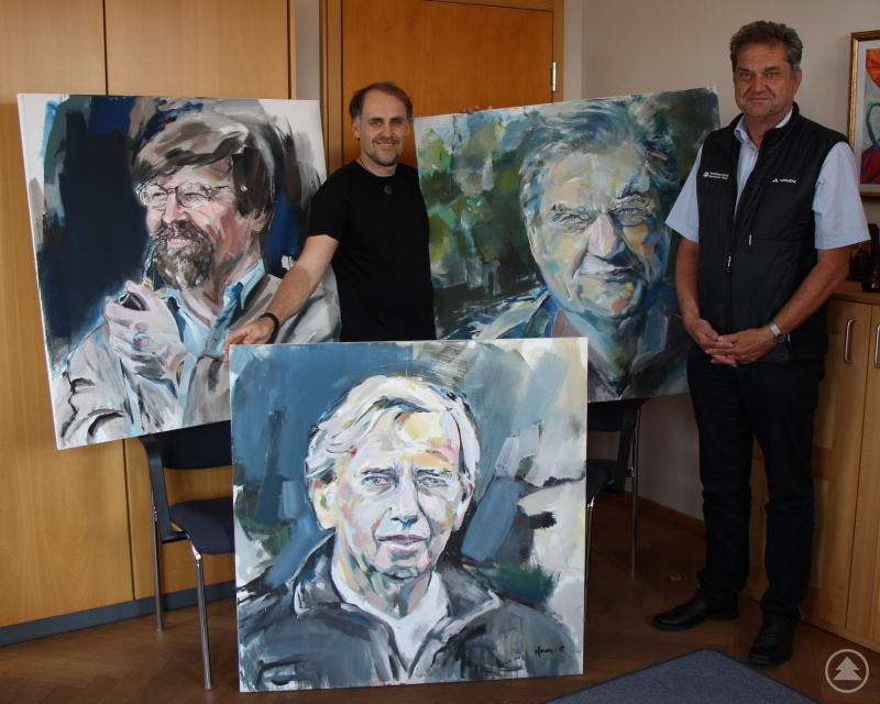 Florian Hannig (l.) überbrachte die drei Portraits persönlich an Nationalparkleiter Dr. Franz Leibl.