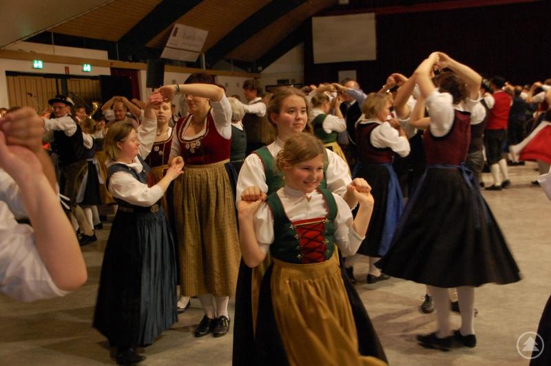 Auf dem Trachtenball treffen sich jung und Alt zum gemeinsamen Tanzen.