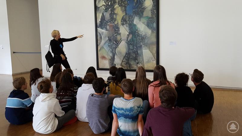 Eine Schülergruppe des Gymnasiums Freyung betrachtet interessiert ein Gemälde im Centre Pompidou im Rahmen des Frankreichaustausches.