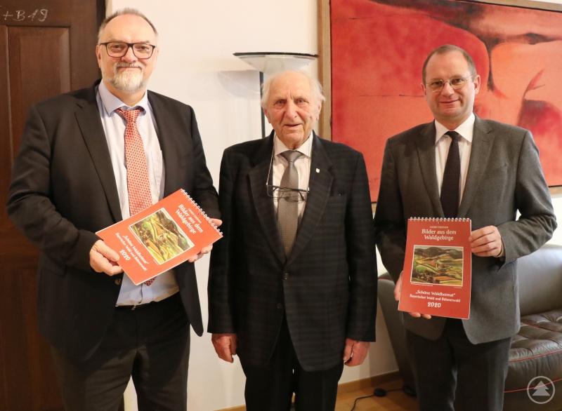 Oberbürgermeister Jürgen Dupper (links) freut sich mit Kulturreferent Dr. Bernhard Forster (rechts) über den neuen Kalender von Horst Stiepani.