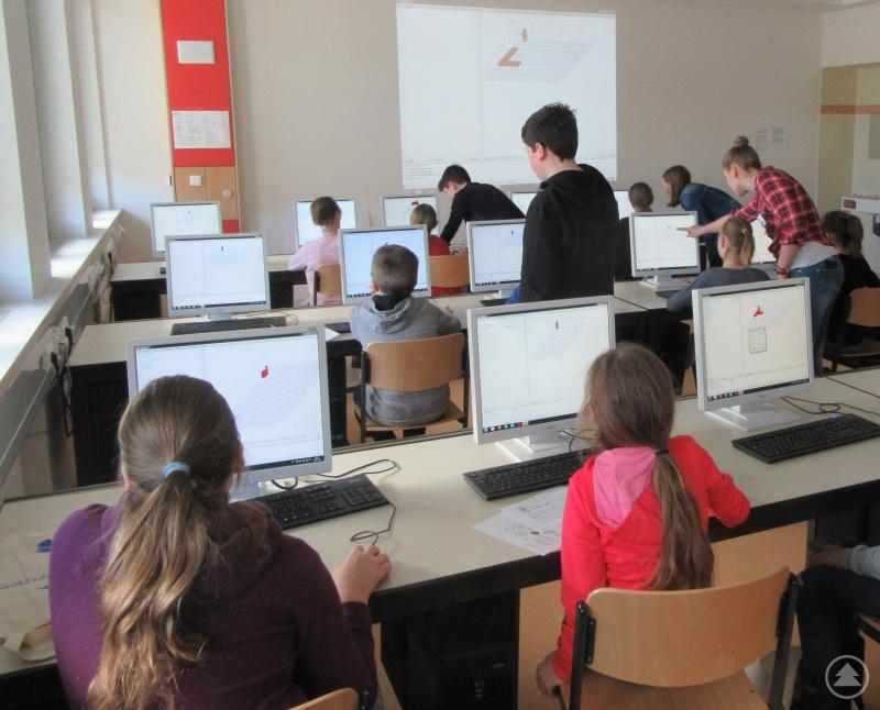 Am Computer arbeiten ist mehr als nur im Internet surfen und Briefe tippen! Das erprobten die jungen Besucher beim Programmieren einer kleinen Anwendung im Computerraum.