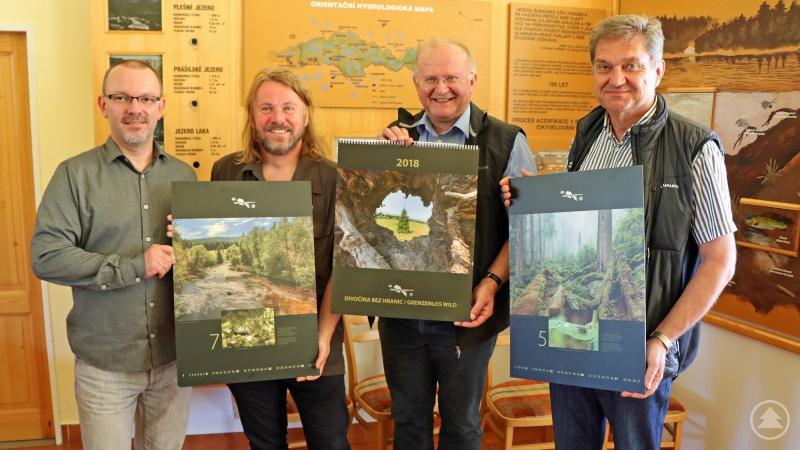 Präsentierten den Kalender in Bergreichenstein: Grafiker Václav Hraba (von links), Nationalparkleiter Pavel Hubený, Nationalpark-Sachgebietsleiter Hans Kiener und Nationalparkleiter Franz Leibl.