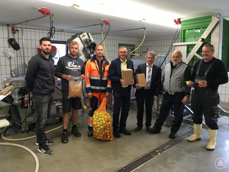 BildunterschriftLandwirtschaftsdirektor Hans Blöchinger (2. v. r.) mit seinen Mitarbeitern sowie Mitarbeitern der Gemeinden mit den stellvertretenden Bürgermeistern Wolfgang Kunz (Stadt Grafenau, 3. v. r.) und Max Traxinger (Markt Hutthurm, 4. v. r.)