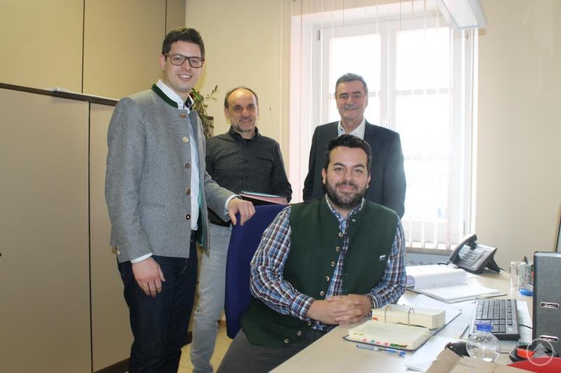 Nico Simeth (m.) freut sich über die Unterstützung der Ilzer Land Kommunen. (v.l.) Bürgermeister Martin Pichler, Ausbildungsleiter Adolf Hackl und Bürgermeister Josef Kern konnten sich in der Zusammenarbeit mit Simeth von den erfolgreichen ersten Monaten überzeugen.