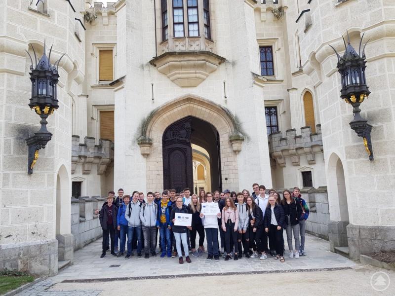 Schüler aus Grafenau und Budweis vor dem Schloss Hluboká
