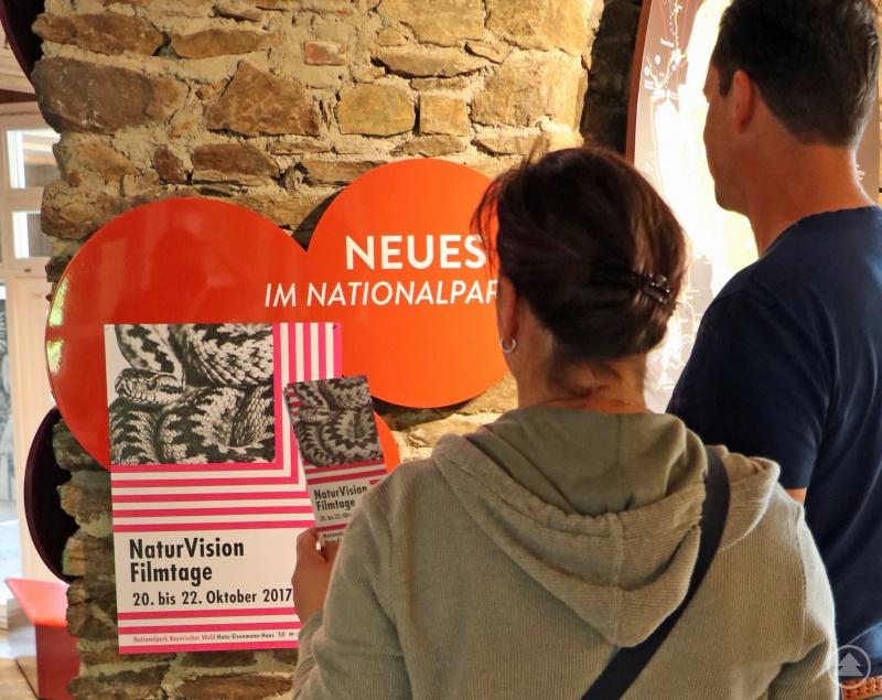 Im Hans-Eisenmann-Haus informieren sich bereits die ersten Besucher über die NaturVision Filmtage Bayerischer Wald 2017.
