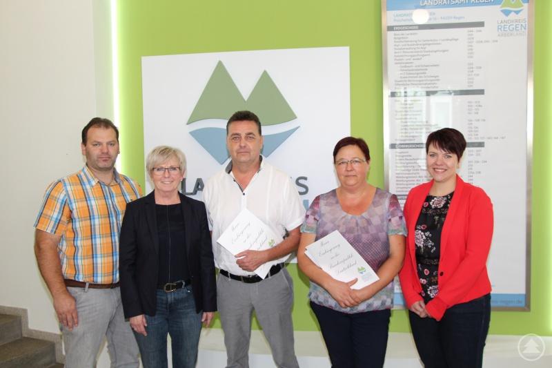 Christian Raith (Sachbearbeiter Landratsamt Regen), Landrätin Rita Röhrl, Andrew Meakin, Iryna Hutterer und Sachgebietsleiterin Simone Kasberger.