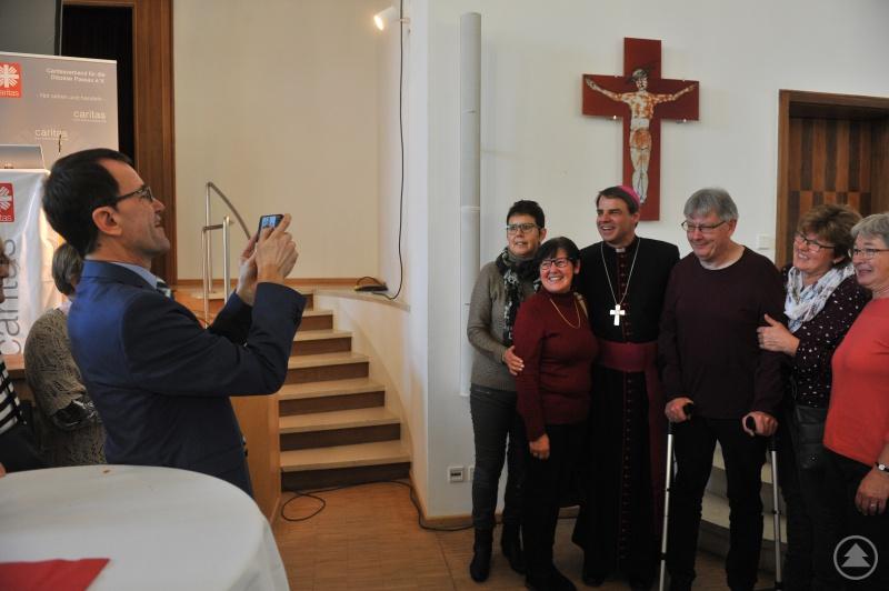 Erinnerungsbilder mit Bischof Oster waren gefragt. Da half auch Diözesan-Caritasdirektor Michael Endres gerne aus.