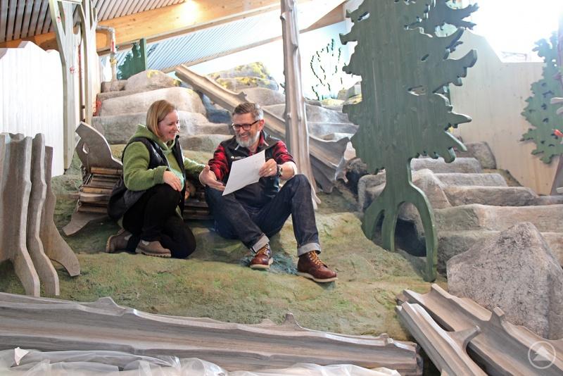Naturpädagogin Nicole Graf-Kilger und Christian Binder, Leiter des Hans-Eisenmann-Hauses, in der Waldwerkstatt. Derzeit werden die Erlebnisstationen eingebaut.