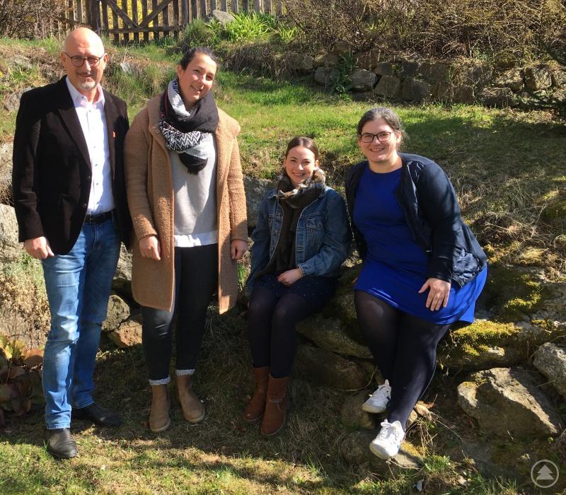 Manfred Eibl, MdL (l.) begrüßte gemeinsam mit Geschäftsleiterin Dr. Carolin Pecho (r.) die beiden neuen Projektleiterinnen in der Öko-Modellregion Ilzer Land v.l. Anna Pex und Lena Schandra und legten Anfang März einen ersten Arbeitsplan für die Neuausrichtung der Öko-Modellregion fest.