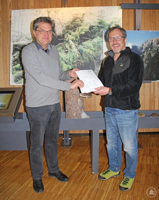 Stellvertretend nahm Nationalparkleiter Franz Leibl (links) die Spende von Heinz Duschl entgegen.