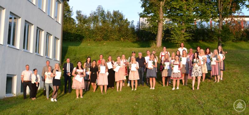 Klinikengeschäftsführer Marcus Plaschke, Schulleiter Thomas Spindler und alle Lehrkräfte der Berufsfachschule für Pflege gratulierten den Auszubildenden zu ihrem Examen