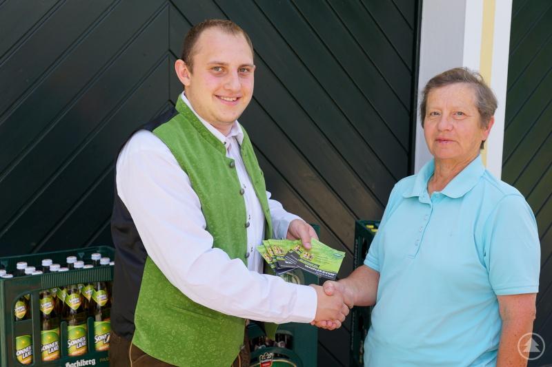 Andreas Bildl (WAIDLER.COM) gratulierte Roslinde Praml zu ihrem Gewinn.