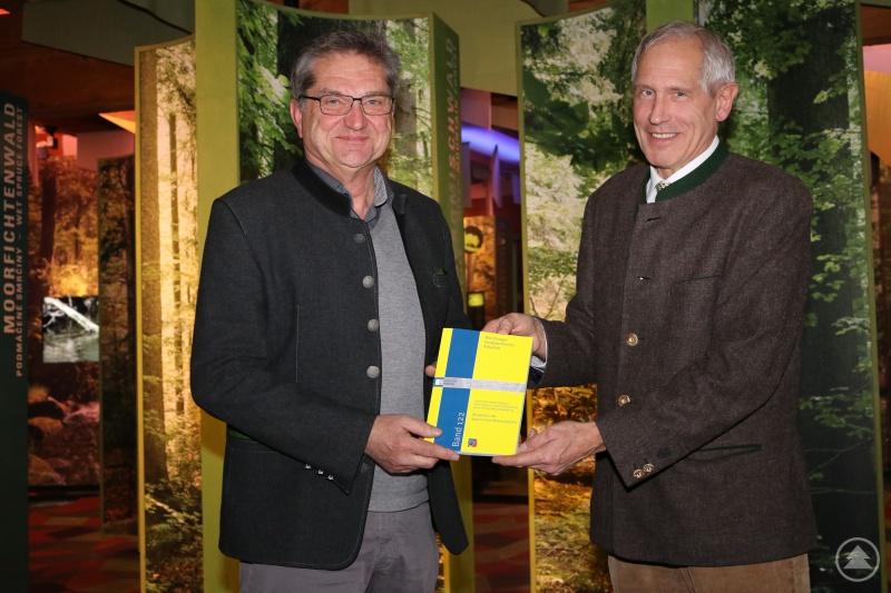 Professor Hubert Job (r.) überreichte Nationalparkleiter Dr. Franz Leibl die Ergebnisse der Akzeptanzstudie in Buchform.
