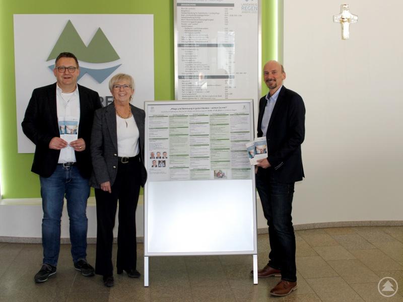 Landrätin Rita Röhrl bedankte sich bei Pfarrer Matthias Schricker (li.) und Sozialamtsleiter Horst Kuffner für ihren Einsatz. Sie war sich sicher, dass das Programm auf Interesse in der Bevölkerung stoßen werde.