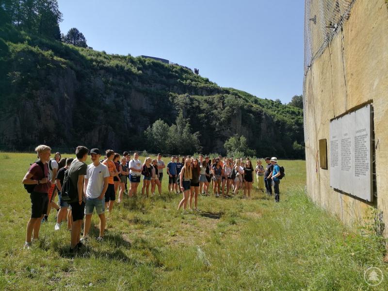 Zuerst erkundeten die Freyunger Schülerinnen und Schüler gemeinsam mir ihren Lehrern Markus Michel und Michael Fritz (rechts) den ehemaligen KZ-Steinbruch.