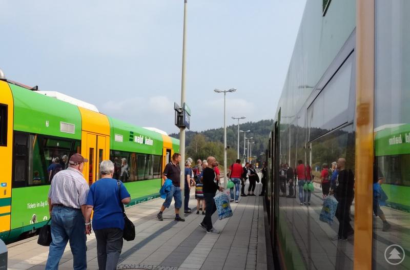 Aufeinander abgestimmte Anschlüsse machen die Waldbahn zu einem attraktiven Verkehrsmittel.