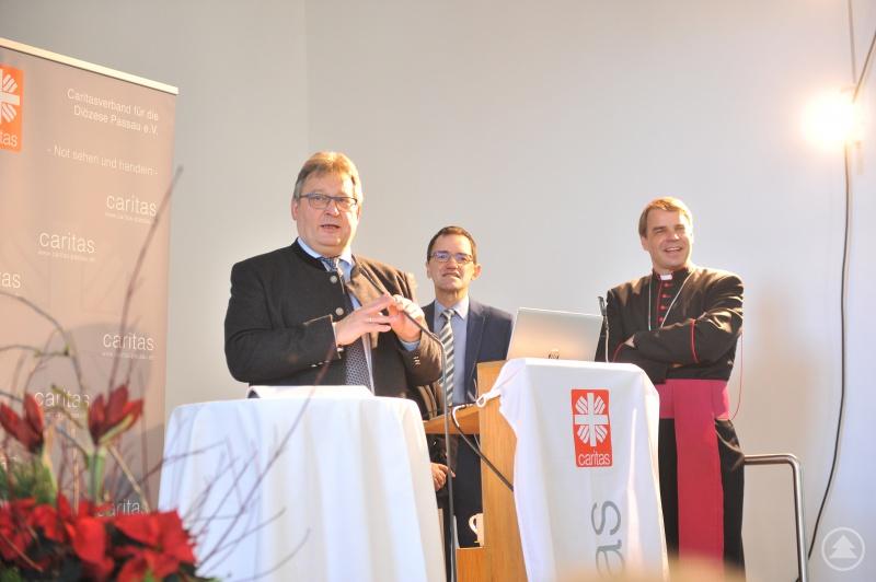 Die Caritasvorstände Konrad Niederländer (li.) und Michael Endres würdigten mit Bischof Dr. Stefan Oster den großen Einsatz.