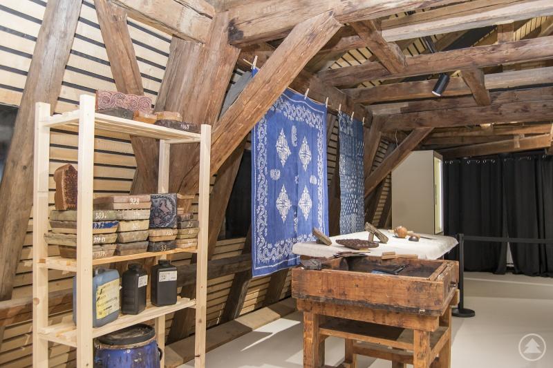 """227 Jahre alt ist der Dachstuhl im sanierten Europahaus in Freyung. Nun beherbergt die neue Galerie die Ausstellung """"Das blaue Wunder"""" mit seiner 372-jährigen Blaudruckgeschichte."""