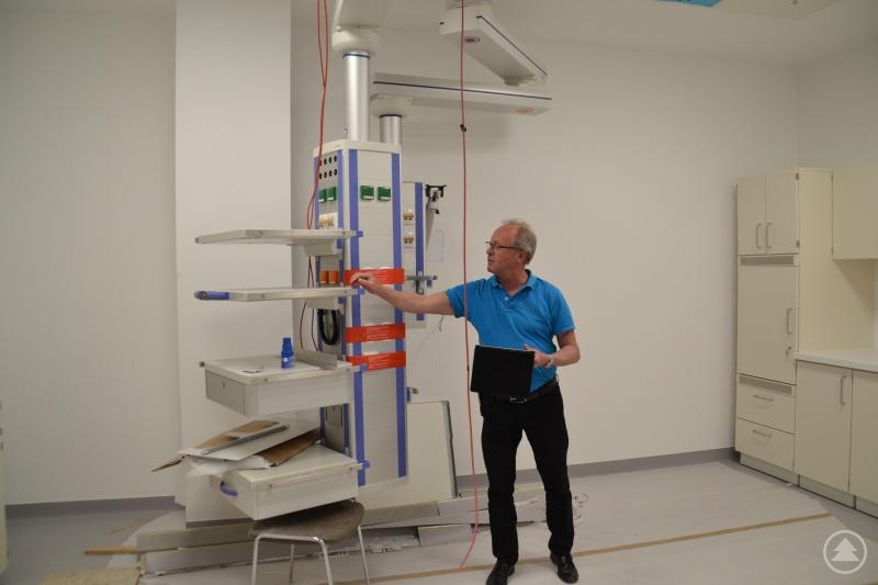 Franz Brunnbauer kontrolliert den Baufortschritt in der komplett erneuerten, zukünftigen Endoskopie des Freyunger Krankenhauses.