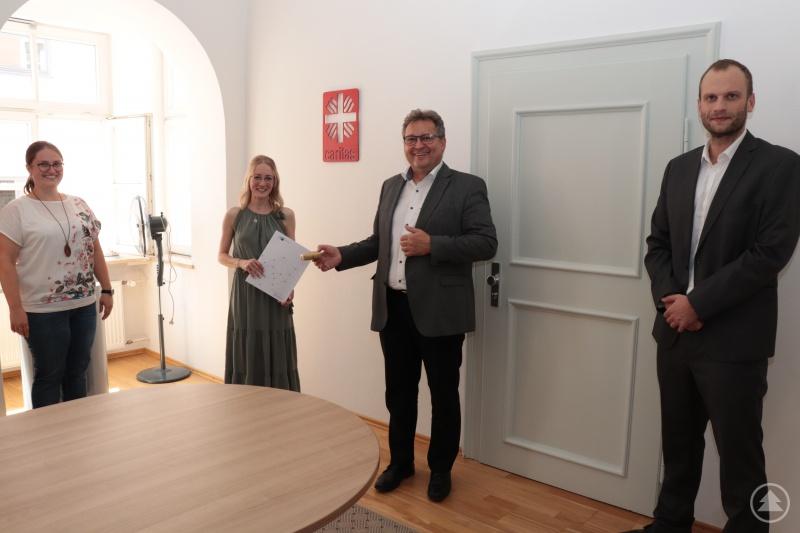 Mit Erfolg hat Michaela Gibis (2.v.li.) die Ausbildung bei der Caritas abgeschlossen. Es gratulierten (v.li.) die Ausbildungsleiterin Astrid Schieb, Caritasvorstand Diakon Konrad Niederländer und Abteilungsleiter Personal, Thomas Furthmeier.