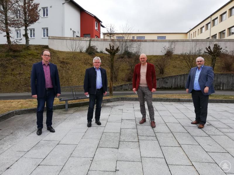 MdL Manfred Eibl (2. v.r.) bedankte sich bei Max Köberl (2. v.l.), der die Kasse des Vereins an Leo Meier übergibt. Martin Behringer (1. v.l.) und Max König (1. v.r.) führen ihr Amt als Kassenprüfer fort.