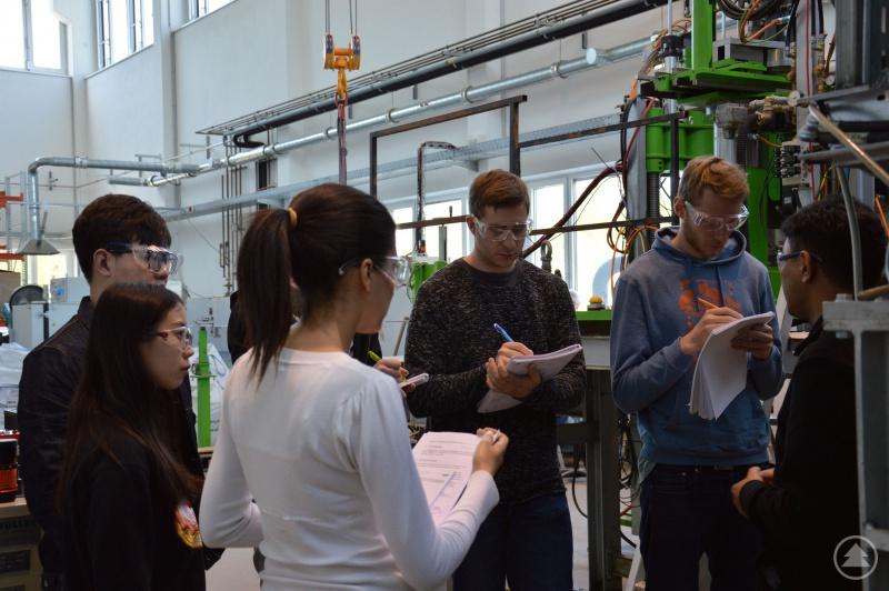 Studierende in der Schmelzhalle