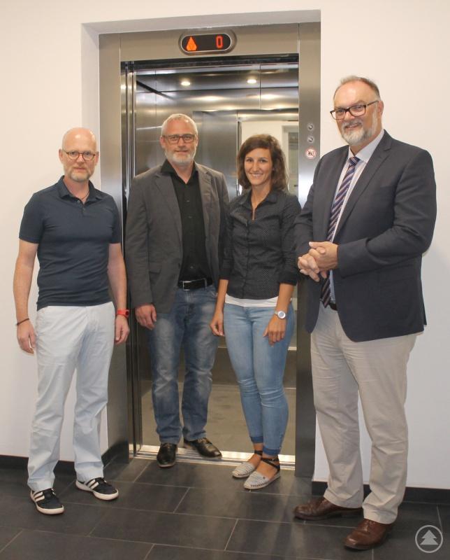 Oberbürgermeister Jürgen Dupper (rechts) bei der Besichtigung des neuen Aufzugs im Rathaus Altes Zollamt mit Baureferent Wolfgang Seiderer (von links), Architekt Michael Ebermann und Sabine Friedl vom Hochbauamt.