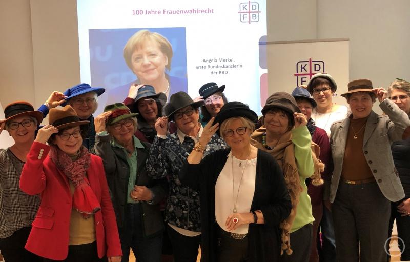 Auf der Sitzung des Frauenbund-Landesverbandes hat stellvertretende Landrätin Helga Weinberger (vorne, Mitte) schon mal geübt. Am Samstag möchte sie zusammen mit den Kreisrätinnen und vielen weiteren Frauen ihren Hut ziehen vor ihren Geschlechtsgenossinnen, die vor 100 Jahren das Wahlrecht für Frauen erkämpft haben.