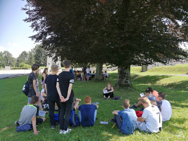 Mithilfe verschiedener Materialien vermittelten die Guides den jungen Besuchern einen Eindruck vom Alltag der KZ-Häftlinge und beantworteten alle aufkommenden Fragen.