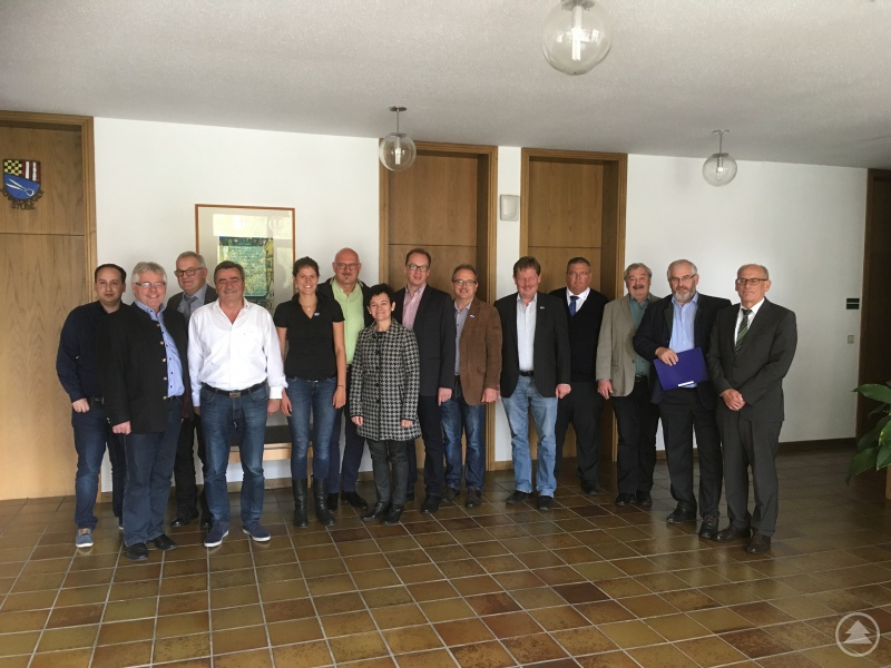 Die Ilzer Land Bürgermeister Max Köberl (2. v. l.), dann Josef Gutsmiedl, Josef Kern, Manfred Eibl, Martin Behringer, Christian Süß, Martin Geier, Max Niedermeier und Max König sowie Edeltraud Stegbauer-Wagner, 2. Bürgermeisterin Markt Hutthurm (7. v. l.), Günter Klampfl, 2. Bürgermeister Markt Schönberg (1. v. r.) mit ILE-Geschäftsführerin Valeska von Karpowitz (5. v. l.), Werner Weny vom Amt für Ländliche Entwicklung (3. v. r.) und Tobias Niedermeier vom Landratsamt Freyung-Grafenau (1. v. l.)