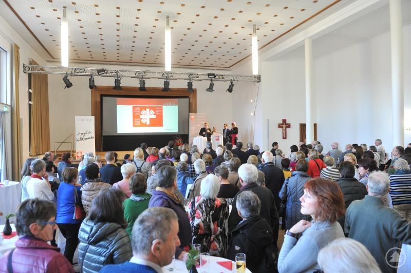 Über 450 Frauen und Männer aus den Pfarr- und Orts- Caritasvereinen trafen sich in St. Valentin. Die Caritasvorstände Konrad Niederländer und Michael Endres, die Leiter der Gemeindecaritas  Ingrid Áldozó-Entholzner und Bischof Oster hießen sie herzlich willkommen.
