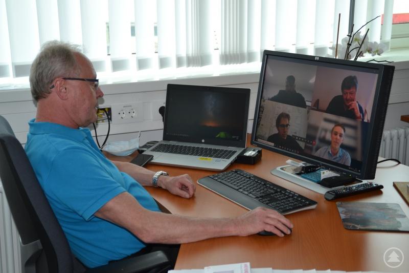 Franz Brunnbauer, der Zentralbereichsleiter Technik der Kliniken Am Goldenen Steig bei einem Bau Jour Fixe in Corona-Zeiten – welches als Videokonferenz abgehalten wird.