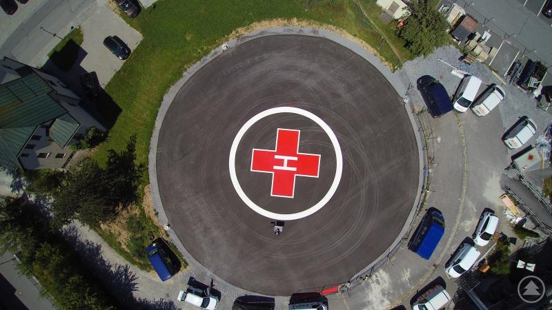 Eine Nachtaufnahme der Landefläche am Grafenauer Krankenhaus. Sie zeigt deutlich die neu angebrachten Beleuchtungsanlagen mit Bodenstrahlern.