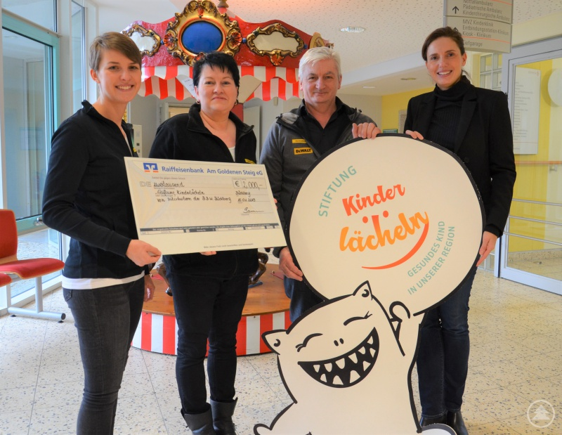 (v.l.) Stefanie Saliger, Cornelia Koch und Josef Sammer übergeben den Spendenscheck in Höhe von 2.000 Euro an Stiftungsvorstandsvorsitzende Dr. Maria Diekmann.